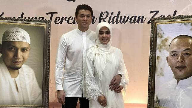 Syahrini dan Reino Barack di Masjid Az-Zikra, Sentul, Bogor, Sabtu (1/6/2019). [Revi Cofans Rantung/Suara.com]