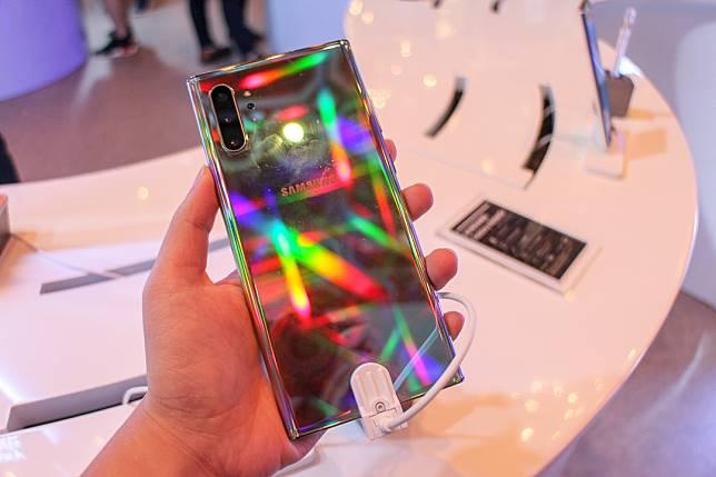 幻光機身似鏡面,反射光線時會透出彩光,不過極黏指模。