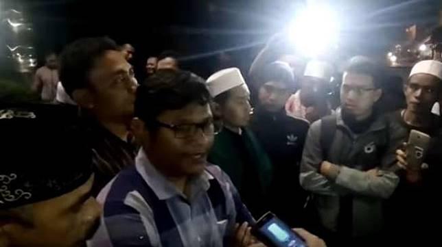 Massa FPI geruduk redaksi Koran TheJak. [Youtube/Adista Pattisahu
