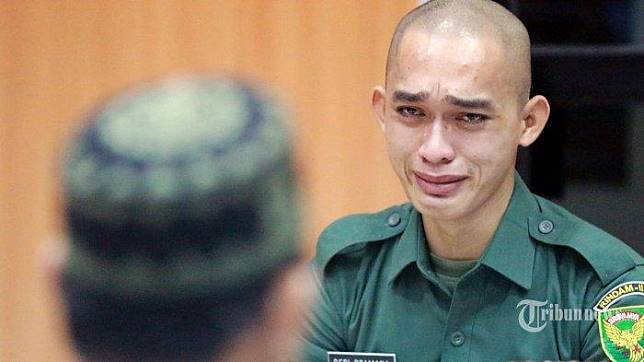 Prada Deri Pramana, terdakwa kasus mutilasi Vera Oktaria, menangis saat mendengarkan saksi keempat, kakaknya almarhum Vera pada sidang perdana yang dipimpin Hakim Ketua Letkol CHK M Khazim di Pengadilan Militer I-04 Palembang, Sumatera Selatan, Kamis (1/8/2019). Sidang pertama ini selain terdakwa dihadirkan juga 7 saksi.   SRIWIJAYA POST/SYAHRUL HIDAYAT