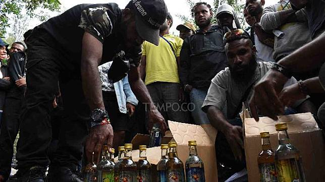 Papuan students show packs of liquor given by police members during a demonstration staged by the Papuan College Student Association and the Solidarity or Humanity Care in Bandung, West Java, Thursday, August 22, 2019. TEMPO/Prima Mulia