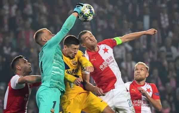 Penjaga gawang Barcelona Marc Andre Ter Stegen berjibaku dalam laga Liga Champions di markas Slavia Praha.