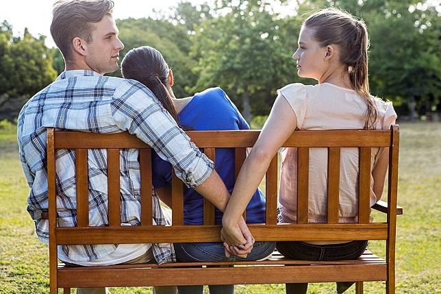 8 Pertanda Pasangan Kemungkinan Memiliki  Wanita Idaman Lain