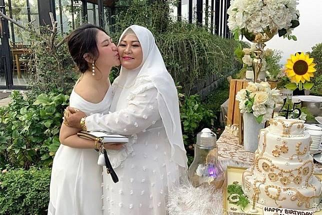Ulang Tahun ke-45, Ibunda Via Vallen Menangis Bahagia karena Dapat Kejutan Kue Tart Berisi Uang Jutaan Rupiah: Sampai Air Mata Keluar Semua