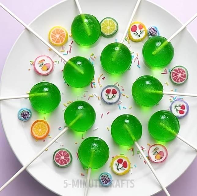 啫喱水晶球做法零難度,最緊要自備立體矽膠軟模和針筒。(互聯網)