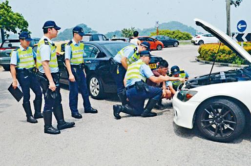 ■機場附近有多輛私家車以「龜速慢駛」被警方截查。