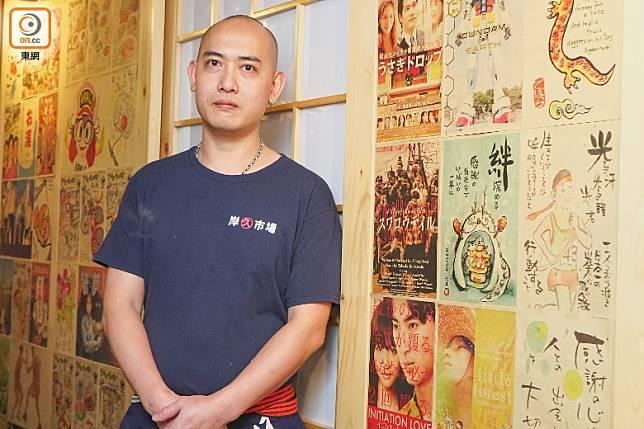已有逾20年烹調傳統日本料理經驗的周偉豪師傅表示,新鮮秋刀魚一年大約只有2個月的嘗味期,錯過的話就要再等翌年了。(莫文俊攝)