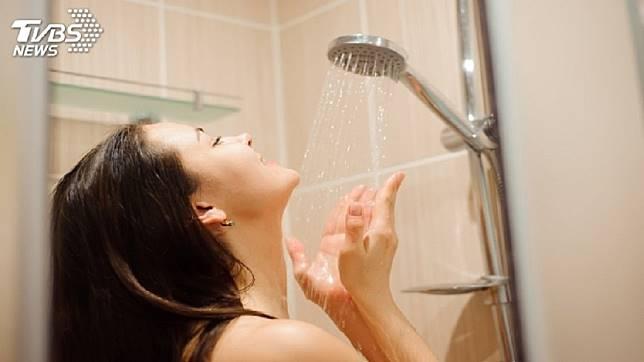 一名女網友發文提到,日前在自家浴室洗澡時發現門鎖壞了,結果讓她不知如何是好。(示意圖/TVBS)