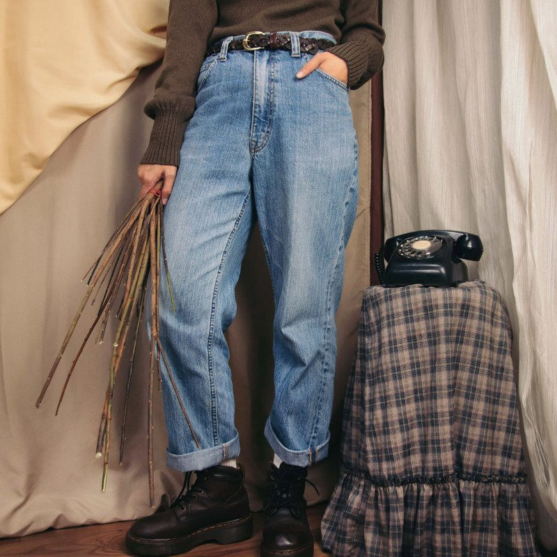 ●商品敘述: 鈕釦拉鍊式,共兩個側口袋右側有一小袋及兩個後口袋,後方皮標有歲月痕跡,色落明顯,幾處細微汙漬