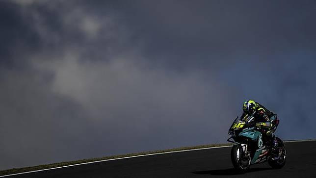 Pembalap Petronas Yamaha SRT, Valentino Rossi saat mengaspal di Sirkuit Portimao, Portugal. (PATRICIA DE MELO MOREIRA / AFP)