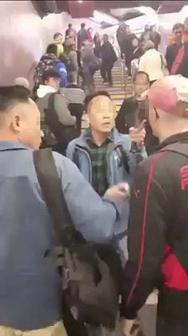休班警員(中)表露身分,並以英語向其中一名洋漢喝問。