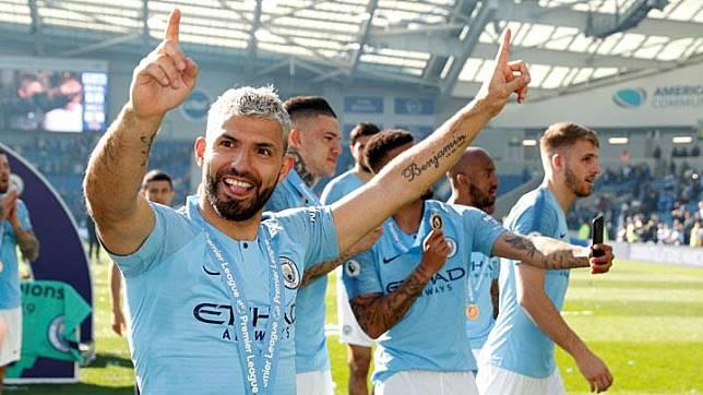 Penyerang Manchester City, Sergio Aguero merayakan keberhasilannya mempertahan gelar juara di Stadion The American Express Community, Brighton, 12 Mei 2019. Action Images via Reuters/John Sibley