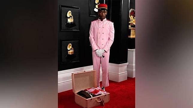 Tyler the Creator tampil dengan kostum ala pelayan hotel atau Bell Boy lengkap dengan kopernya saat menghadiri Grammy Awards ke-62 di Los Angeles, California, AS, 26 Januari 2020. REUTERS/Mike Blake
