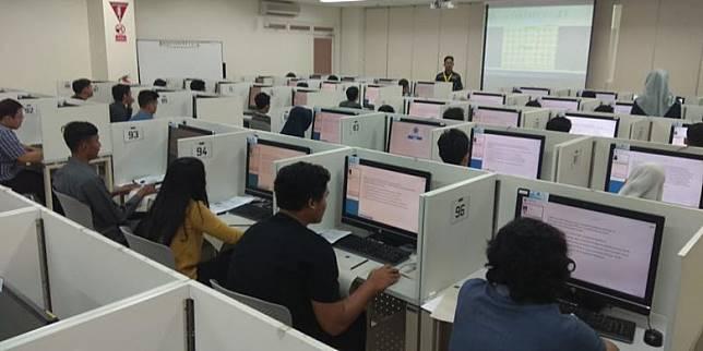 Para peserta ujian SBMPTN berbasis komputer (UTBK) di salah satu panitia lokal Jakarta Kampus UI Depok (8/5/2018)(Dok. Kompas.com)