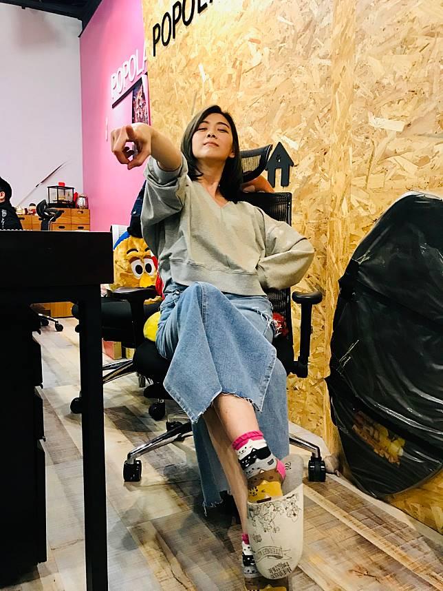 邵庭在電商做出好成績,開心仰天長笑「叫我電商女帝」。記者葉君遠/攝影