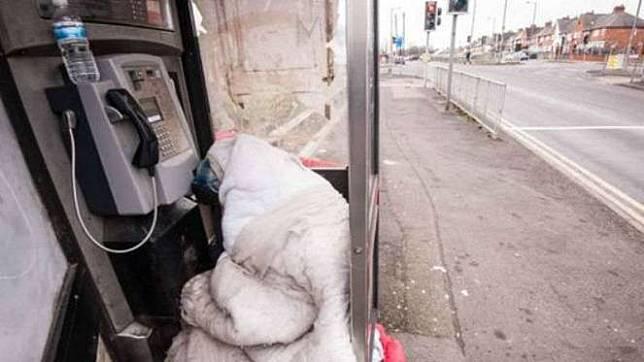 Tunawisma bertahan pada musim dingin di kotak telepon