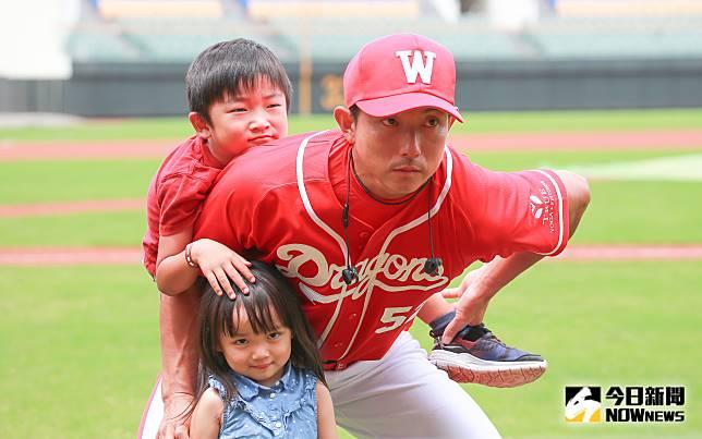▲味全龍客座教練川崎宗則帶著他的兒子和女兒和媒體親切