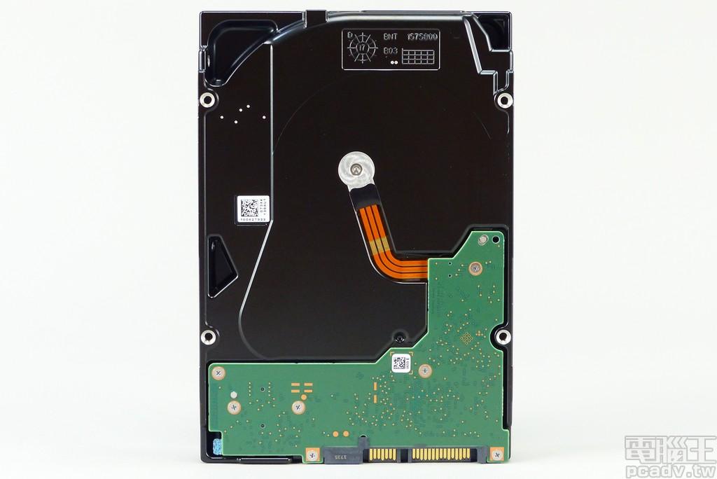 內部裝滿 8 片碟片,由底部觀察沒有出現低容量版本以肋條加強的結構,並將電路板反裝保護電子零件