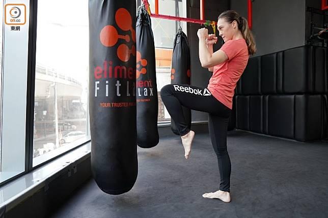 提起左腳,彎曲膝蓋盡量向後摺,收緊腳趾預備向前膝撞。(張群生攝)