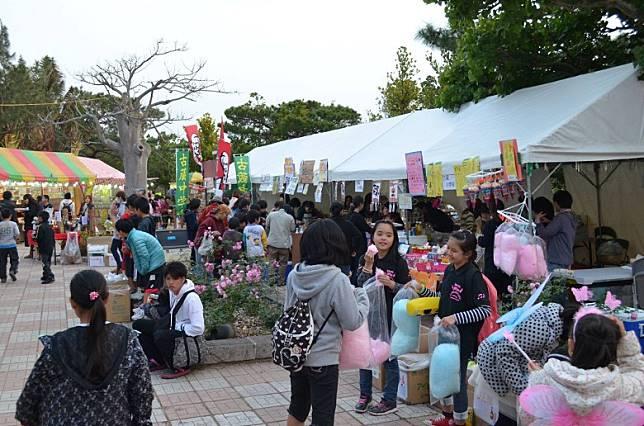 櫻花祭典中,會有販賣地方農產品加上傳統藝能表演,感覺似是嘉年華!(互聯網)