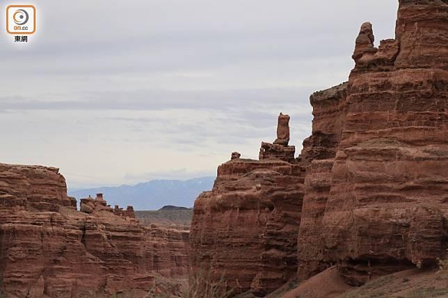因侵蝕關係,岩頂彷彿有多個小石像屹立着。(李家俊攝)