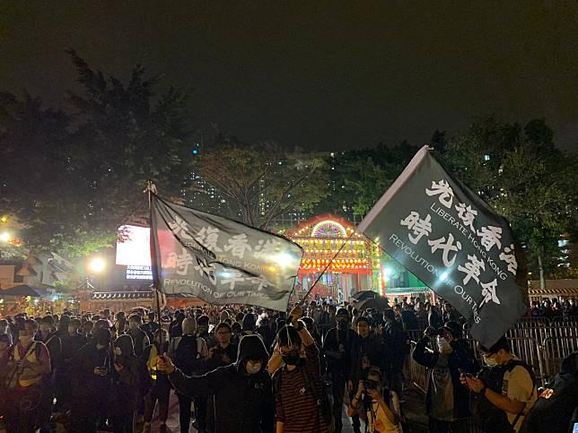 黑衣人高呼「光復香港時代革命」