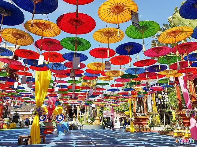 สีสันร่มที่สันกำแพง กับงาน มหัศจรรย์จ้องล้านนา ณ วัดพระนอนแม่ปูคา