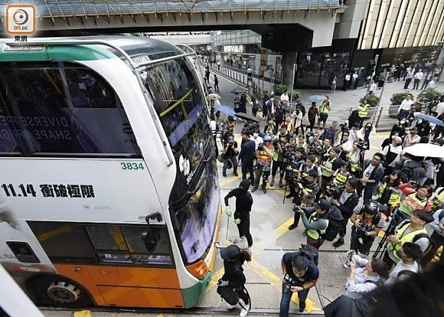 一輛巴士被示威者用黑漆噴污車頭玻璃,阻礙行駛。(黃偉邦攝)