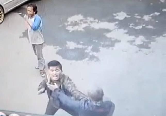 Senggolan, dua pemotor terlibat duel di Bekasi, Jabar.