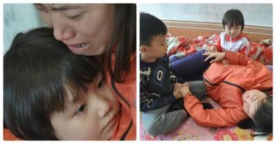 """Quặn lòng 2 trẻ ôm chặt mẹ thút thít: """"Mẹ không được chết đâu, mẹ chỉ được ốm thôi nhé"""""""