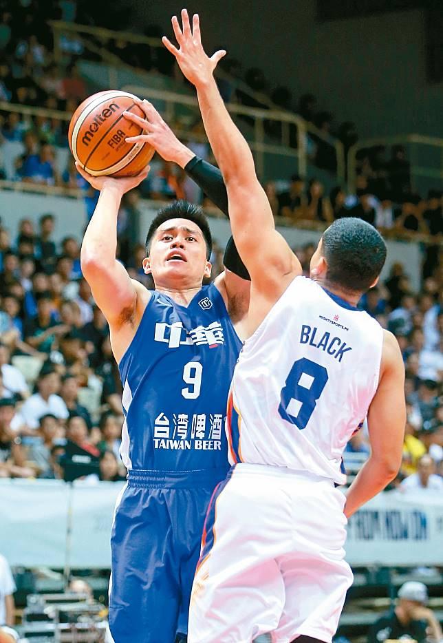 中華藍陳盈駿(左)砍進全隊最高的19分。