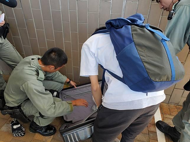有乘客被要求落車檢查行李。