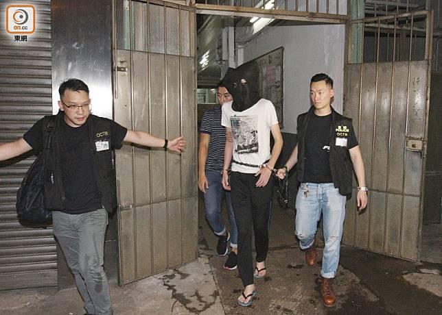 27歲疑犯被押返工廈調查。(袁以諾攝)