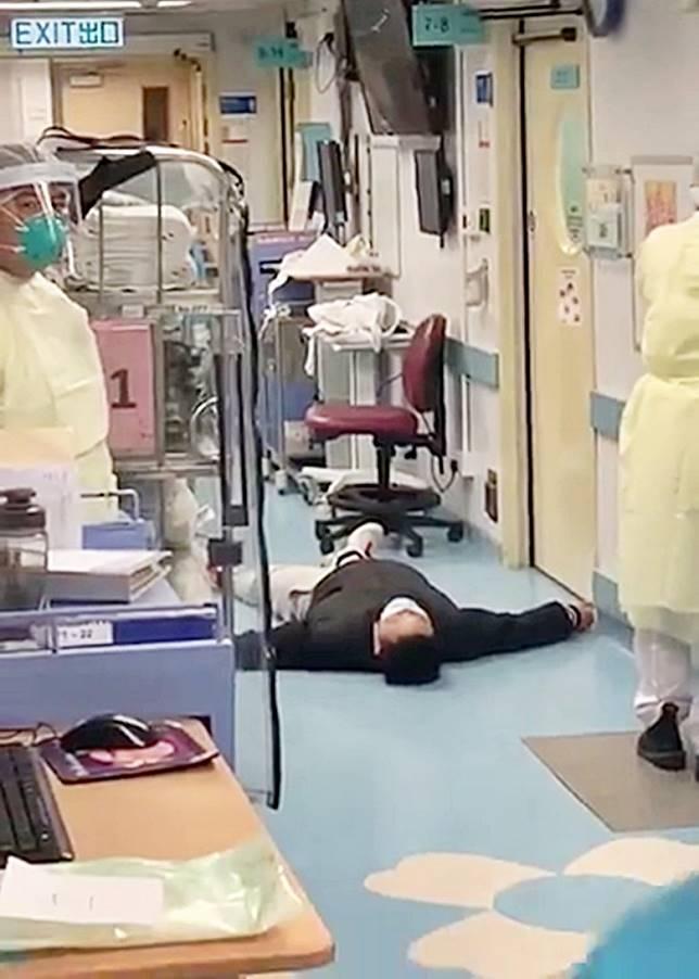 男病人大字形躺在走廊叫嚷「你綁啦!你綁啦!」。