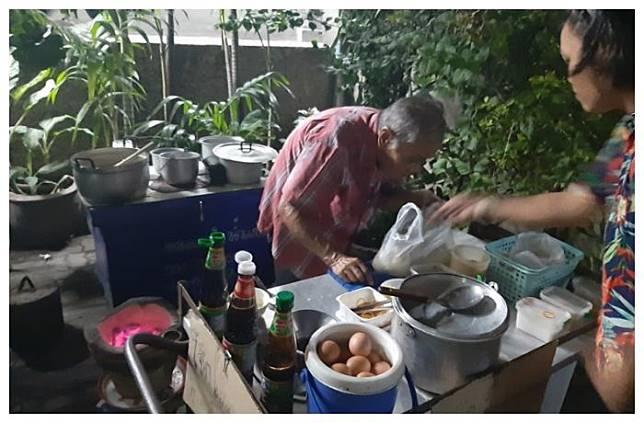 Kisah Kakek Penjual Bubur yang Hidup Sebatang Kara, Jualan dari Jam 3 Pagi Hingga Larut Malam Namun Hanya Seorang yang Beli