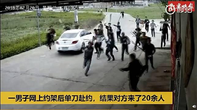 一名男子為了要幫弟弟和友人出氣,獨自一人前往和對方談判,結果遭20多人追砍。(圖/翻攝自陸網)