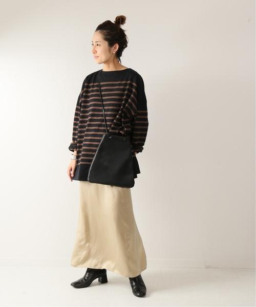 寬鬆黑色橫條紋上衣搭配米色長裙