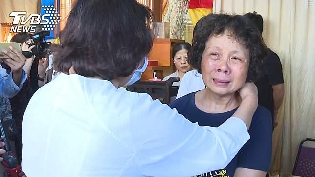 李承翰媽媽見到黃敏惠市長忍不住痛哭。(圖/TVBS)