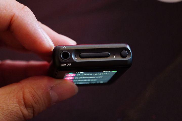 上方為 3.5mm 音源輸出接口及電源、音量鍵。