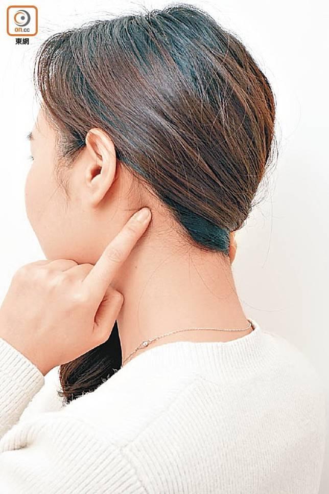 安眠穴位於頸部,在耳後凹陷處與枕骨下凹陷處連線的中點,只要輕力按揉,可安定心神,減少憂思。(資料圖片)
