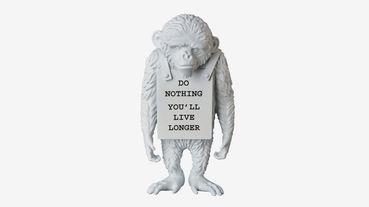 把 Banksy 帶回家,當成你的私房收藏 Medicom Toy x Banksy「Monkey Sign」聯名玩偶
