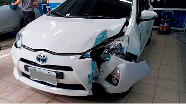 吳先生將車開去保養,竟在廠內被技師撞成這樣