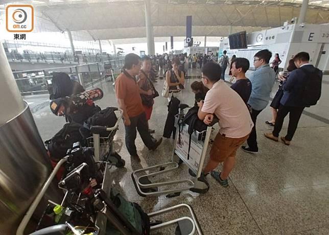 大批傳媒今早在香港國際機場守候。
