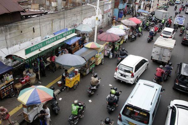 Pedagang kaki lima (PKL) berjualan di trotoar dan bahu jalan di depan Stasiun Palmerah