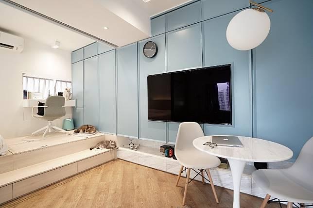 灰藍色歐式花線主題牆連繫着客飯廳和房間。(受訪者提供)