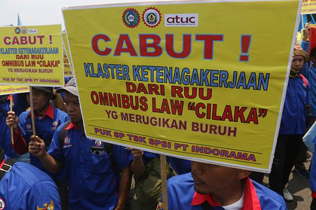 Workers from the Confederation of Indonesian Trade Unions (KSPI) protest the controversial omnibus bill on job creation in front of the House of Representatives in Jakarta on Feb. 12.