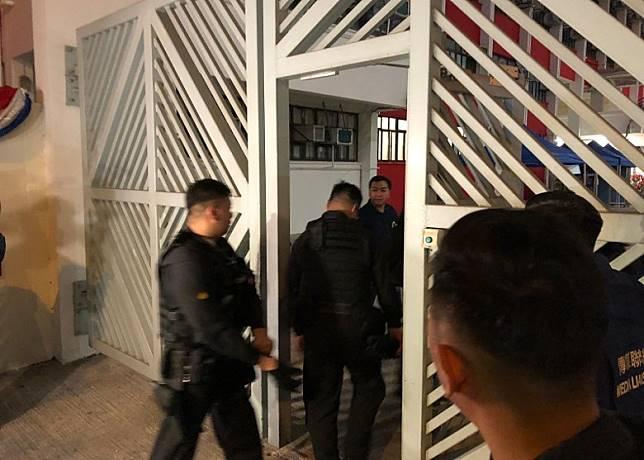 警方進入學校內。(陳沅彤攝)