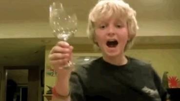 不只存在於動畫特效 小男孩用聲音震碎玻璃杯!