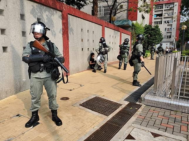 防暴警於牛頭角玉蓮臺拘捕一名黑衣女子。