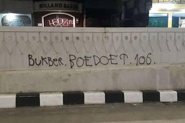Coretan Bukber.BOEDOET.106. dari cat piloks di dinding underpass Mampang-Kuningan, Jakarta Selatan, Minggu (3/6/2018).(KOMPAS.com/NURSITA SARI)  Artikel ini telah tayang di Kompas.com dengan judul